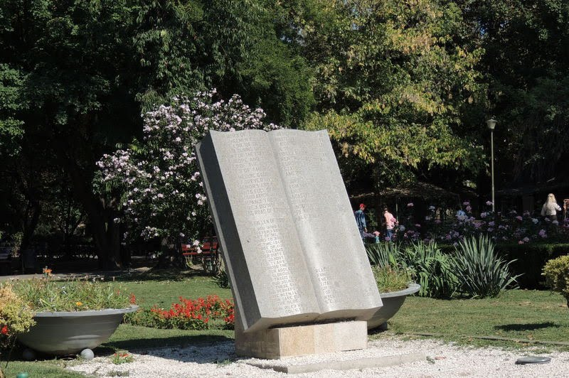 Monumentul Eroilor Americani din Parcul Cişmigiu.