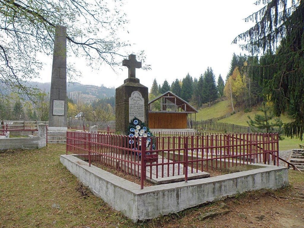 Mormântul din 1921 şi monumentul din 1922